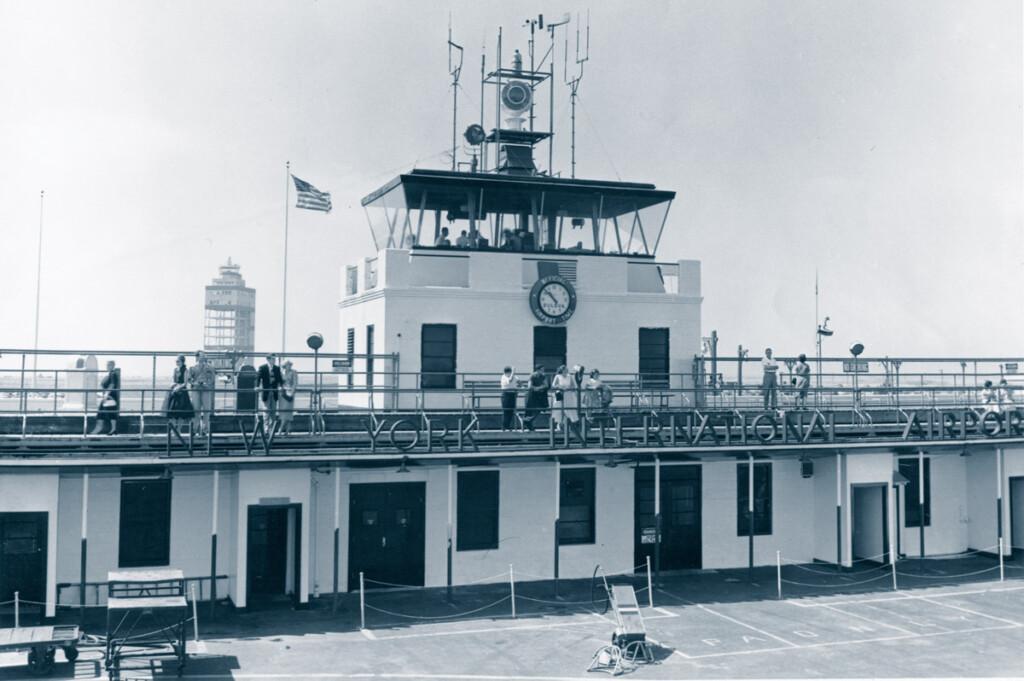Première tour de contrôle d'Idlewild-Kennedy construite en 1946. L'arrière-plan montre le squelette de la deuxième tour de contrôle. (nyheritage.org/cradle of aviation)