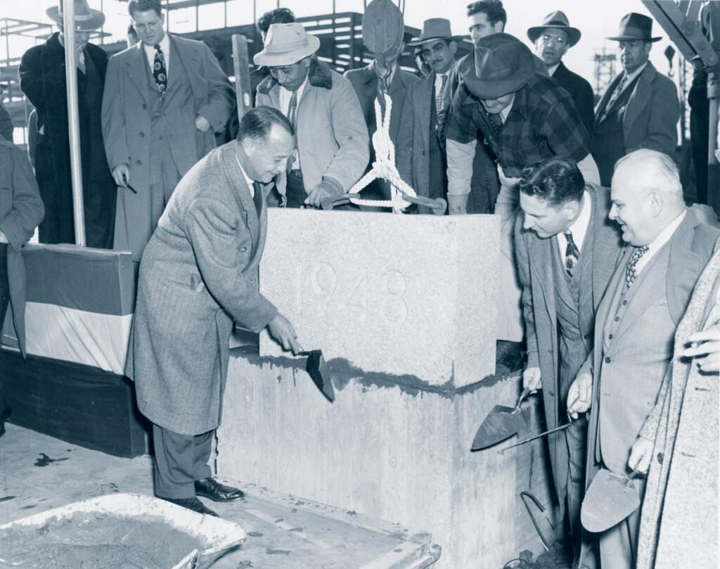 Le président de l'autorité portuaire, Howard S. Cullman, pose la première pierre du bâtiment fédéral de l'aéroport d'Idlewild. D. Rentzel, administrateur de la C.A.A., et Ora Young, administrateur régional de la C.A.A., regardent. 8 novembre 1948